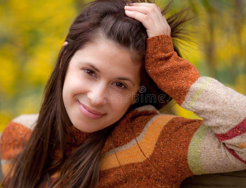 χαριτωμένες ευτυχείς εξωτερικές νεολαίες γυναικών στοκ φωτογραφία με δικαίωμα ελεύθερης χρήσης
