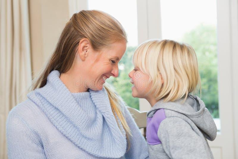 Χαριτωμένες κόρη και μητέρα από κοινού στοκ φωτογραφίες