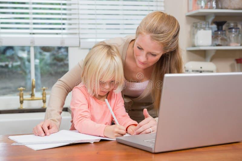 Χαριτωμένες κόρη και μητέρα που κάνουν την εργασία στοκ εικόνες