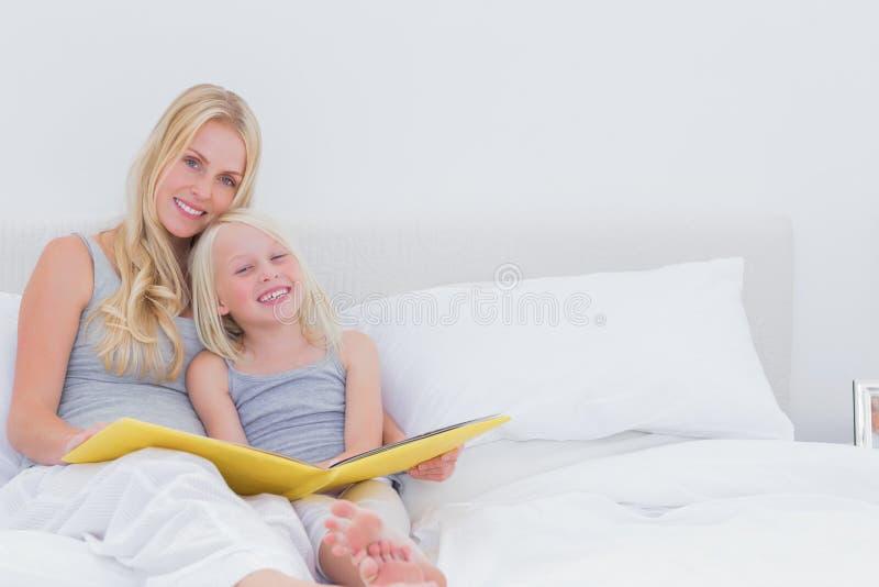 Χαριτωμένες μητέρα και κόρη που θέτουν από κοινού στοκ φωτογραφία με δικαίωμα ελεύθερης χρήσης