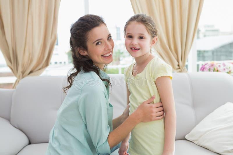 Χαριτωμένες μητέρα και κόρη στον καναπέ στοκ φωτογραφίες με δικαίωμα ελεύθερης χρήσης