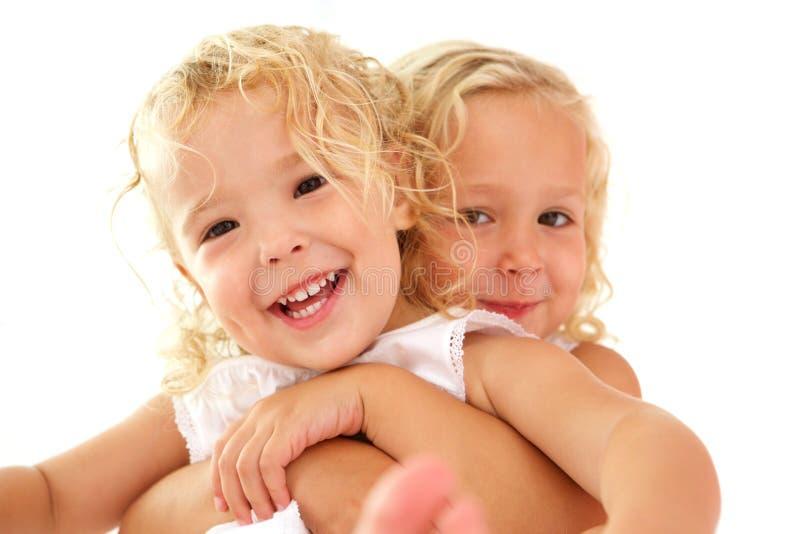 Χαριτωμένες μικρές αδελφές από κοινού στοκ φωτογραφία με δικαίωμα ελεύθερης χρήσης