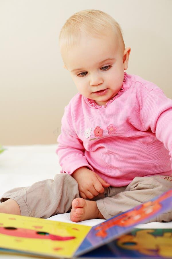 χαριτωμένη ανάγνωση μωρών στοκ φωτογραφίες