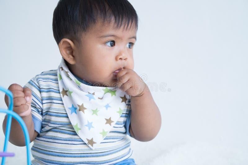 Χαριτωμένη απορρόφηση δάχτυλων μωρών στοκ εικόνες