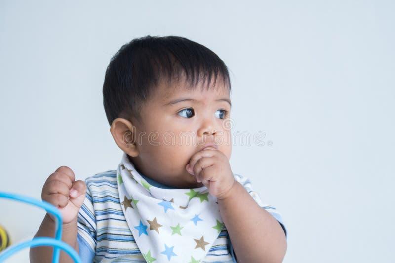 Χαριτωμένη απορρόφηση δάχτυλων μωρών στοκ εικόνες με δικαίωμα ελεύθερης χρήσης