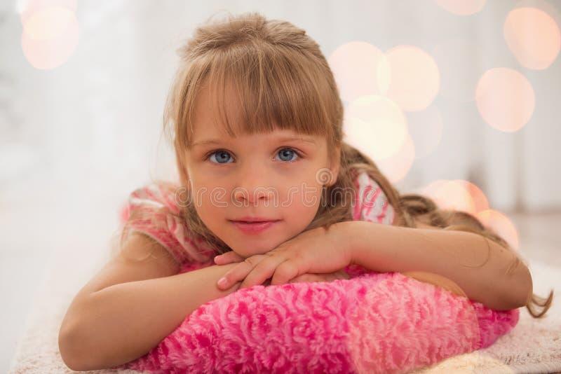 Χαριτωμένη απόλαυση μικρών κοριτσιών που βρίσκεται στο πάτωμα στο σπίτι στοκ φωτογραφία με δικαίωμα ελεύθερης χρήσης