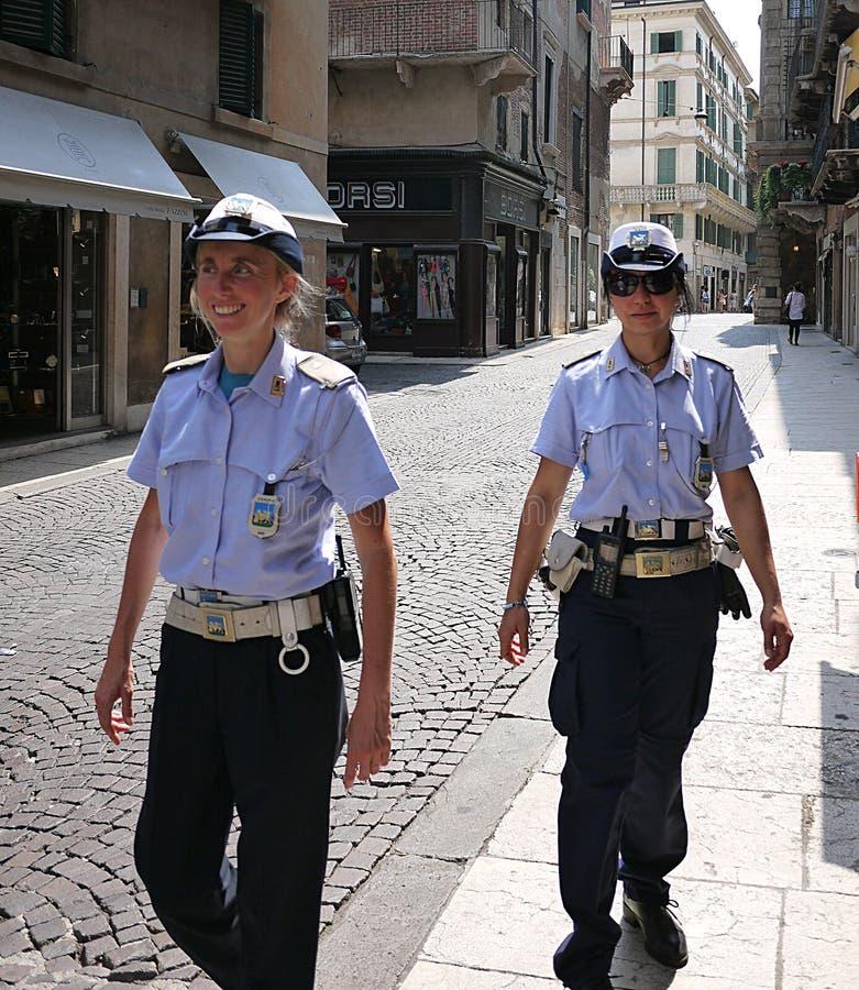 Χαριτωμένη αστυνομικίνα δύο στην περίπολο στις οδούς των ιστορικών οδών της αρχαίας πόλης της Βερόνα Ιταλία στοκ εικόνες