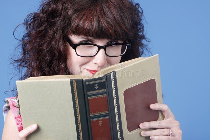 χαριτωμένη γυναίκα βιβλίω&nu στοκ εικόνες