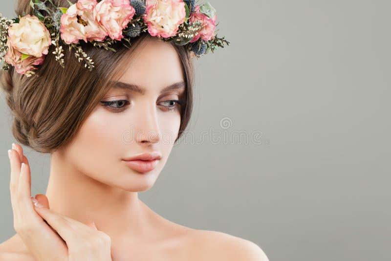 Χαριτωμένη γυναίκα με τα λουλούδια, summer spa πορτρέτο Όμορφο πρόσωπο στοκ φωτογραφίες