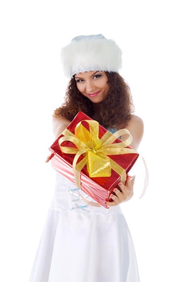 Χαριτωμένη γυναίκα με το δώρο Χριστουγέννων στοκ φωτογραφία