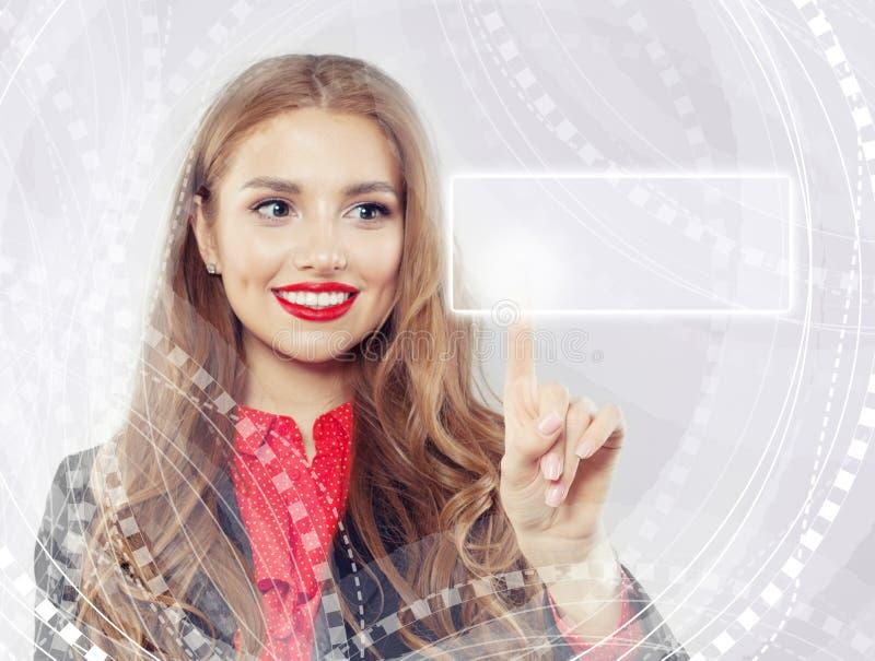 Χαριτωμένη γυναίκα που δείχνει τον κενό φραγμό διευθύνσεων στην εικονική μηχανή αναζήτησης Ιστού στοκ εικόνα με δικαίωμα ελεύθερης χρήσης