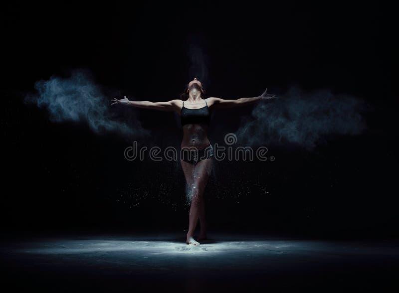 Χαριτωμένη γυναίκα που χορεύει στον άσπρο πυροβολισμό σύννεφων σκόνης στοκ εικόνα με δικαίωμα ελεύθερης χρήσης