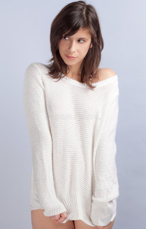 Χαριτωμένη γυναίκα στο πουλόβερ χωρίς εσώρουχα στοκ εικόνα