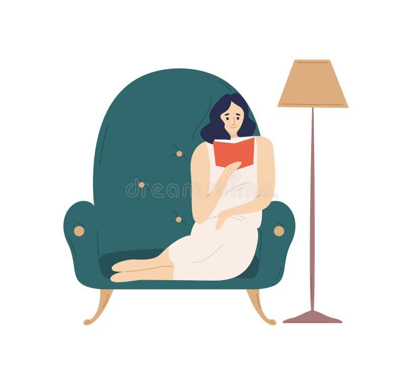 Χαριτωμένη γυναικεία συνεδρίαση χαμόγελου στο comfy βιβλίο μυθιστοριογραφίας πολυθρόνων και ανάγνωσης Λατρευτό νέο Σαββατοκύριακο απεικόνιση αποθεμάτων