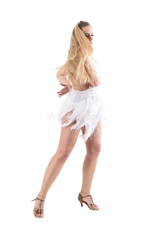 Χαριτωμένη επιδέξια επαγγελματική στάση περιστροφής χορευτών με τη ρέοντας εκτίναξη τρίχας πέρα από το πρόσωπο στοκ φωτογραφίες