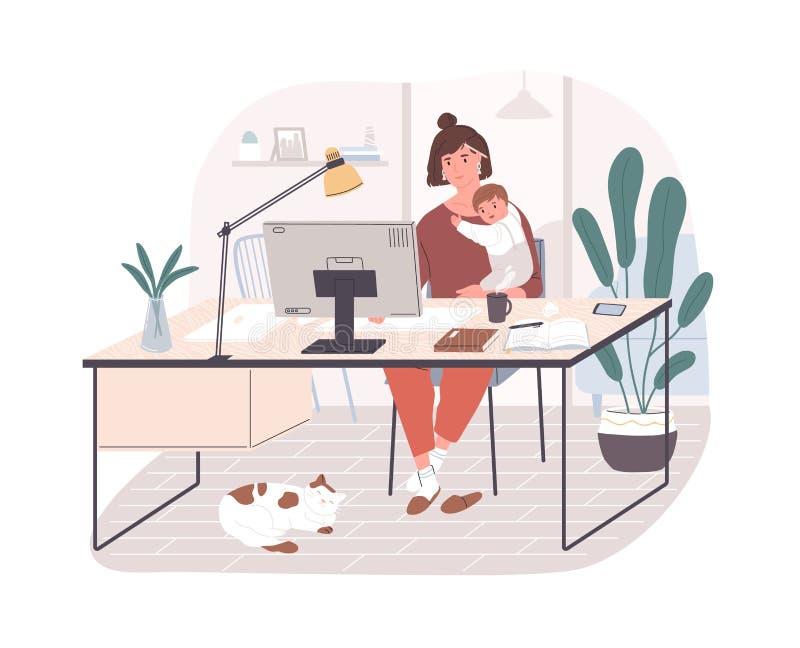 Χαριτωμένη ευτυχής μητέρα που κρατά το μωρό νηπίων της, που κάθεται στο γραφείο και που εργάζεται στον υπολογιστή στο σπίτι Γυναί απεικόνιση αποθεμάτων