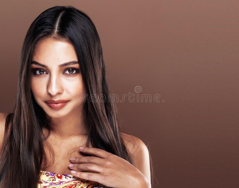Χαριτωμένη ευτυχής νέα ινδική γυναίκα στο στενό επάνω χαμόγελο στούντιο, fashio στοκ φωτογραφία