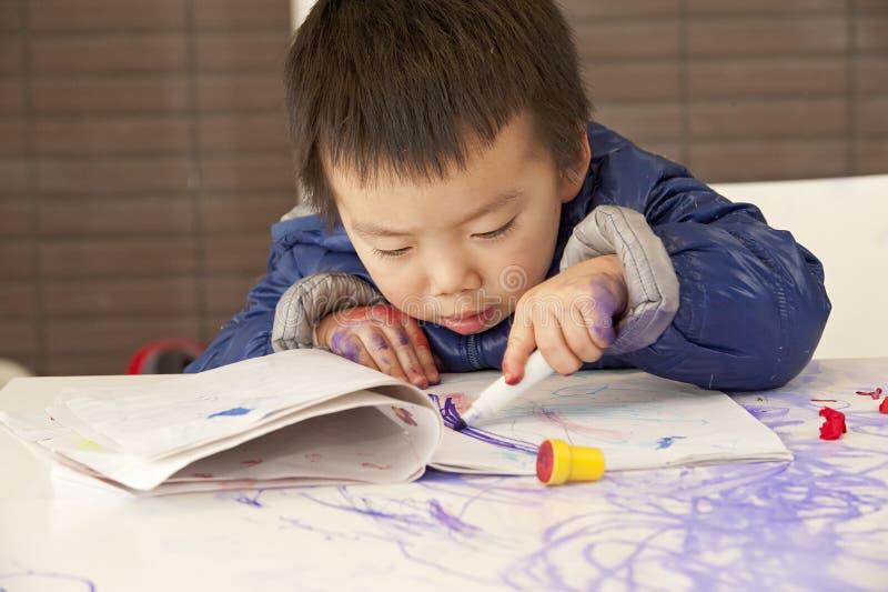 χαριτωμένη ζωγραφική μωρών στοκ φωτογραφία με δικαίωμα ελεύθερης χρήσης