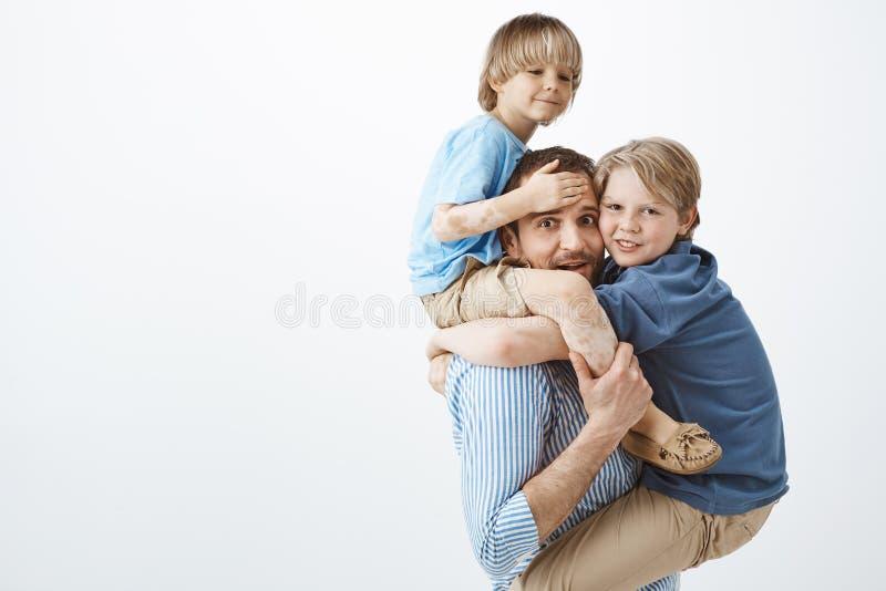 Χαριτωμένη θετική οικογένεια που αισθάνεται μεγάλη παίζοντας μαζί στο πάρκο Πορτρέτο της ευτυχούς όμορφης ενιαίας εκμετάλλευσης π στοκ φωτογραφίες με δικαίωμα ελεύθερης χρήσης