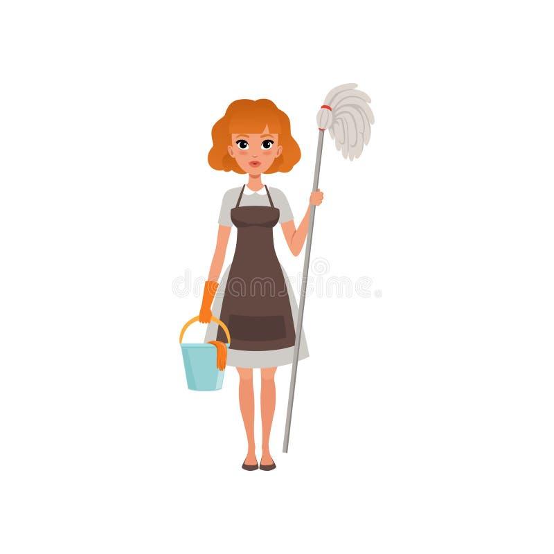 Χαριτωμένη κοκκινομάλλης γυναίκα που στέκεται και που κρατά τη σφουγγαρίστρα και τον κάδο καθαρίζοντας υπηρεσία Η υπηρέτρια έντυσ διανυσματική απεικόνιση