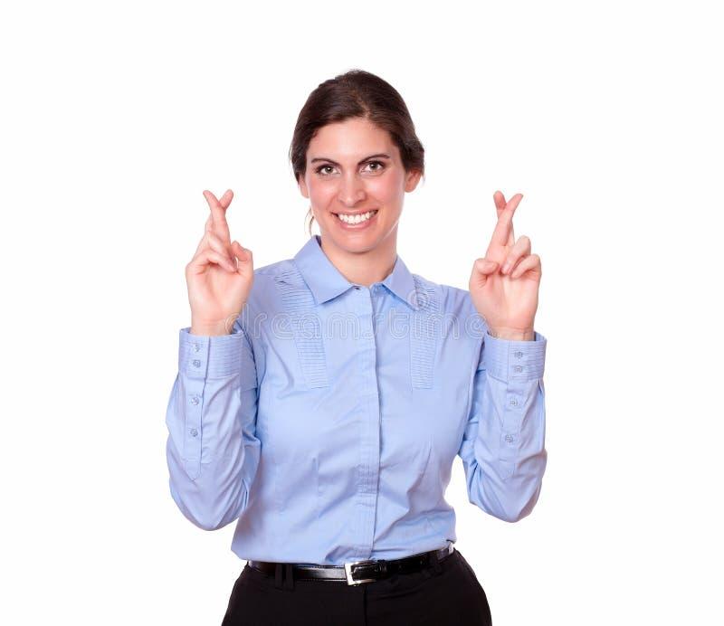 Χαριτωμένη κυρία που στέκεται με το σημάδι τύχης στοκ εικόνες