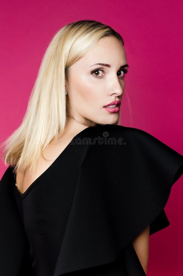 Χαριτωμένη κυρία στο στούντιο που φορά το μαύρο φόρεμα στοκ φωτογραφίες με δικαίωμα ελεύθερης χρήσης