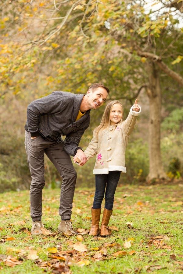 Χαριτωμένη κόρη που παρουσιάζει κάτι στον πατέρα της στοκ φωτογραφία με δικαίωμα ελεύθερης χρήσης