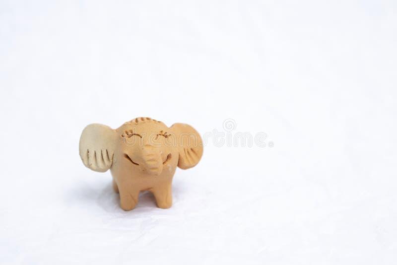 Χαριτωμένη λίγη κούκλα αργίλου ελεφάντων απομονώνει στο άσπρο υπόβαθρο στοκ εικόνες