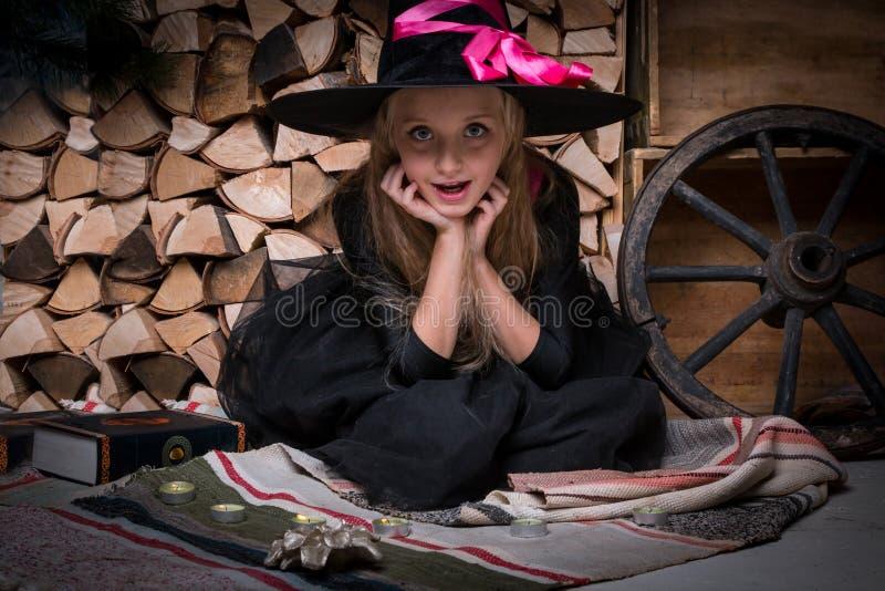 Χαριτωμένη μάγισσα μικρών κοριτσιών στοκ φωτογραφία με δικαίωμα ελεύθερης χρήσης
