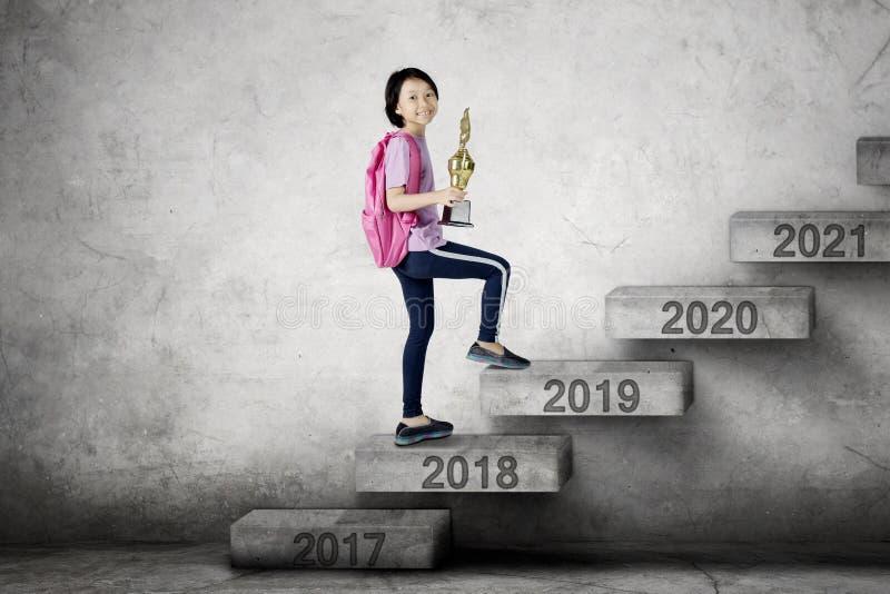 Χαριτωμένη μαθήτρια που περπατά προς τον αριθμό 2019 στοκ φωτογραφία