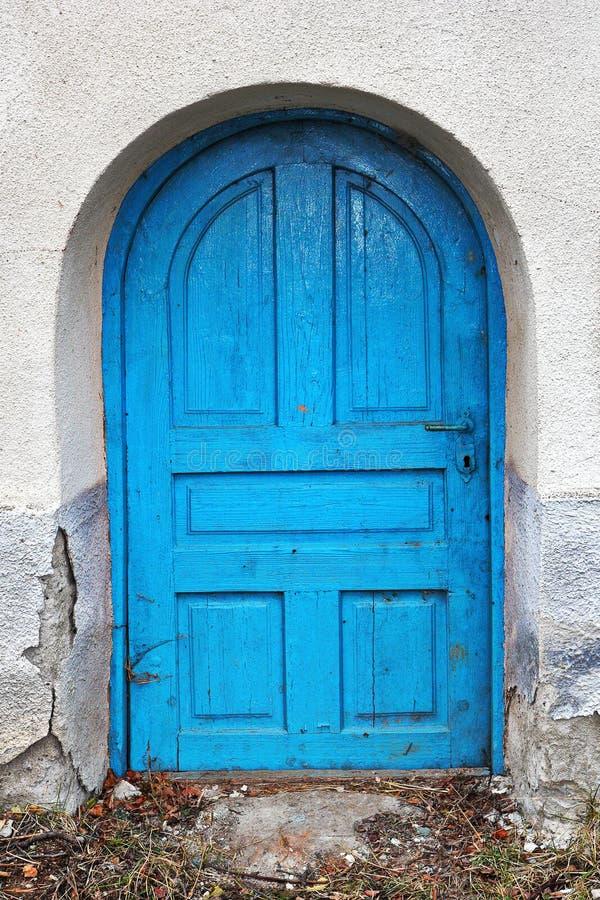 Χαριτωμένη μικρή παλαιά πόρτα στοκ εικόνα με δικαίωμα ελεύθερης χρήσης