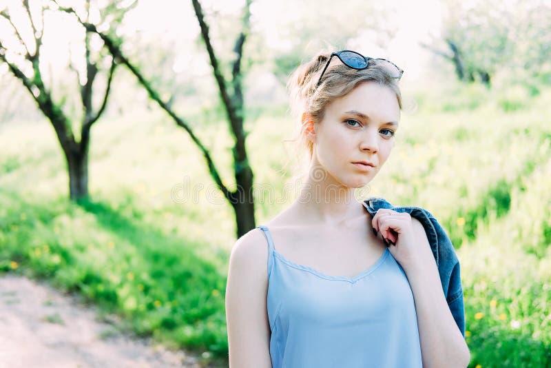 Χαριτωμένη μοντέρνη νέα γυναίκα στο σακάκι τζιν στοκ φωτογραφία με δικαίωμα ελεύθερης χρήσης