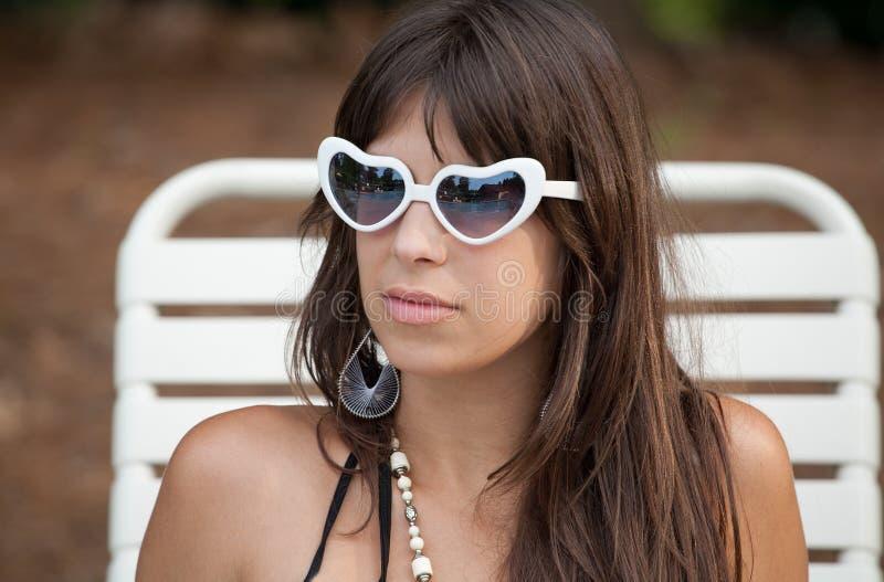 Χαριτωμένη νέα γυναίκα έξω διαμορφωμένα στα καρδιά γυαλιά στοκ εικόνα με δικαίωμα ελεύθερης χρήσης