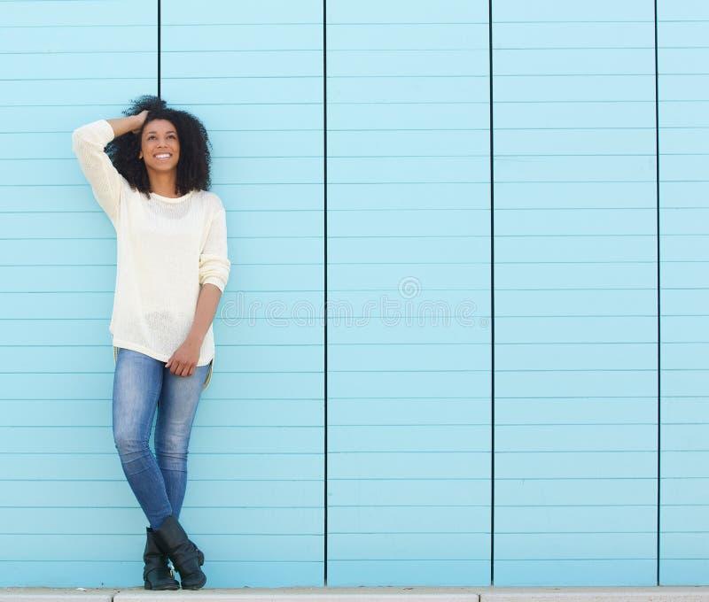 Χαριτωμένη νέα γυναίκα που θέτει υπαίθρια στοκ εικόνες