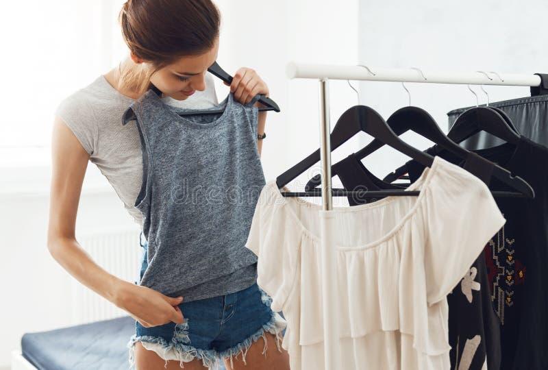 Χαριτωμένη, νέα γυναίκα που ψάχνει κάτι που φορά στοκ εικόνες