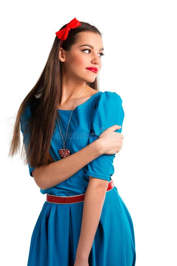 Χαριτωμένη νέα γυναίκα στο μπλε φόρεμα στοκ εικόνες