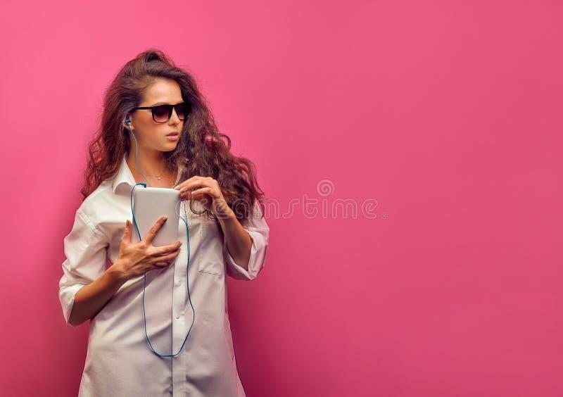 Χαριτωμένη νέα καυκάσια γυναίκα brunette σε ένα άσπρο πουκάμισο στα γυαλιά στοκ εικόνες