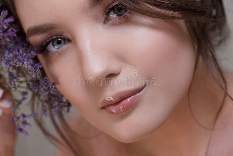 Χαριτωμένη νέα κινηματογράφηση σε πρώτο πλάνο πορτρέτου γυναικών, φρέσκια εικόνα άνοιξη με τα λουλούδια όμορφο κορίτσι στοκ φωτογραφία με δικαίωμα ελεύθερης χρήσης