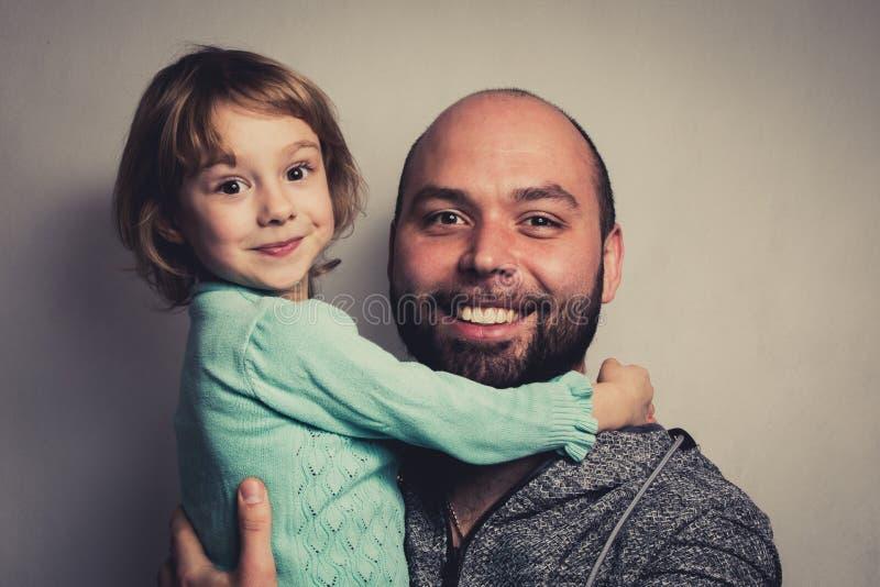 Χαριτωμένη νέα κόρη με τον μπαμπά της στοκ εικόνα με δικαίωμα ελεύθερης χρήσης