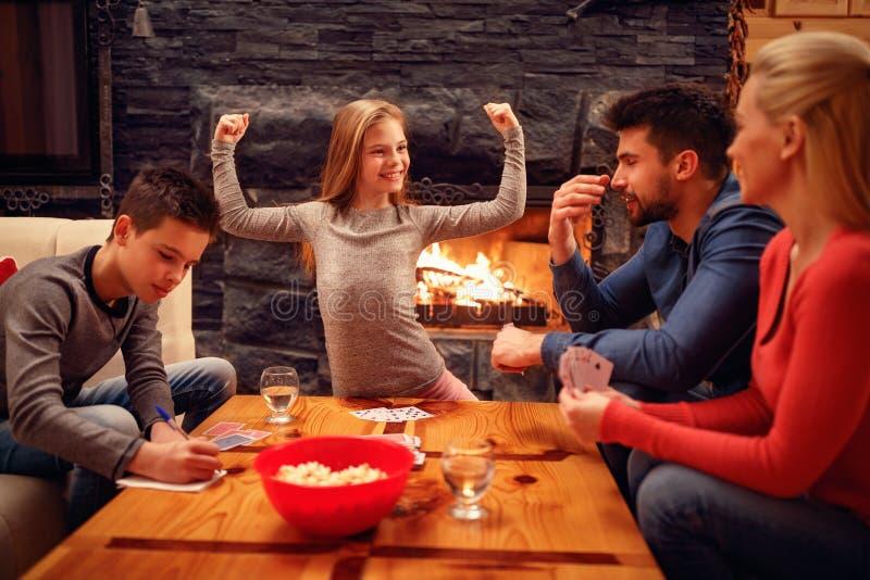 Χαριτωμένη νίκη κοριτσιών στο παιχνίδι καρτών στοκ φωτογραφία με δικαίωμα ελεύθερης χρήσης