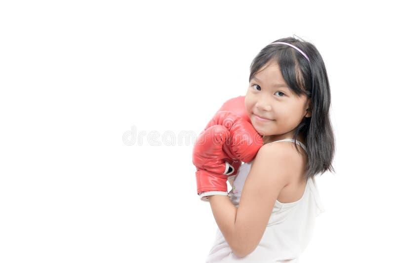 Χαριτωμένη πάλη κοριτσιών τα κόκκινα εγκιβωτίζοντας γάντια που απομονώνονται με στοκ φωτογραφίες