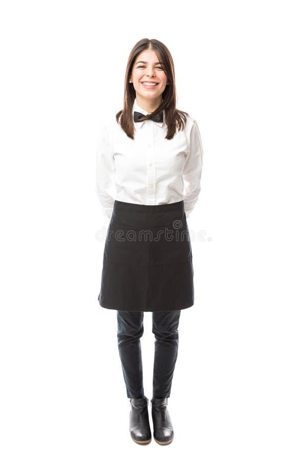 Χαριτωμένη σερβιτόρα που ντύνεται τυπικά στοκ φωτογραφία