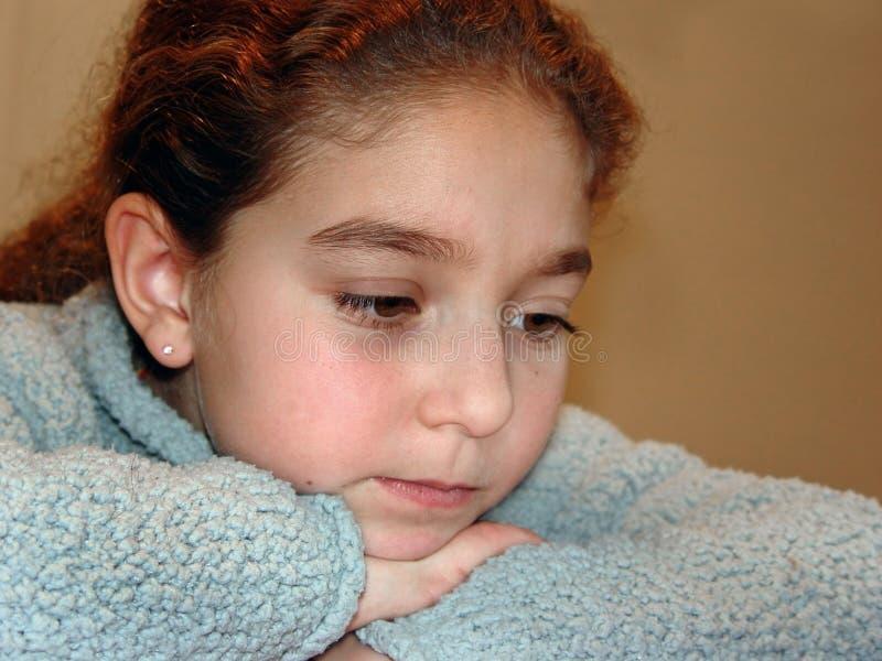 χαριτωμένη σκληρή σκέψη κοριτσιών στοκ εικόνα με δικαίωμα ελεύθερης χρήσης
