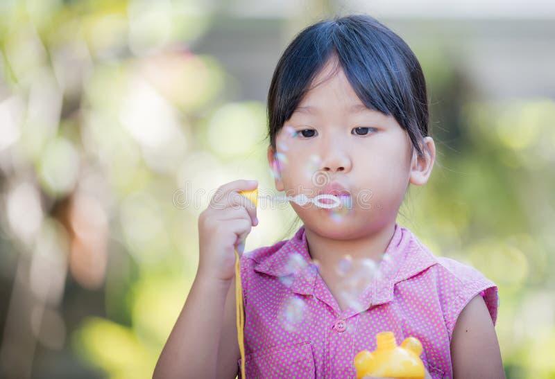 Χαριτωμένη σούπα φυσαλίδων παιχνιδιού κοριτσιών στοκ φωτογραφίες
