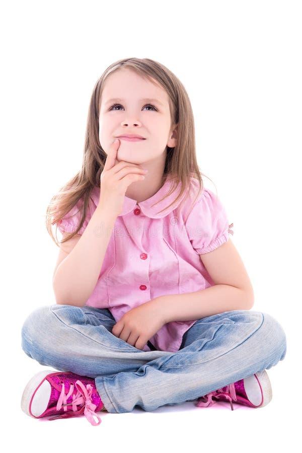 Χαριτωμένη στοχαστική συνεδρίαση μικρών κοριτσιών που απομονώνεται στο λευκό στοκ εικόνα με δικαίωμα ελεύθερης χρήσης