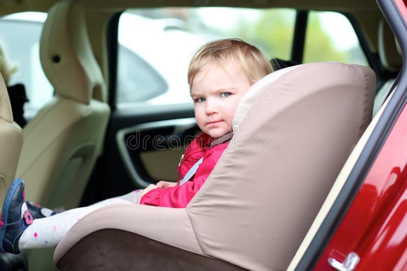 Χαριτωμένη συνεδρίαση κοριτσιών preschooler στο αυτοκίνητο στοκ φωτογραφίες με δικαίωμα ελεύθερης χρήσης