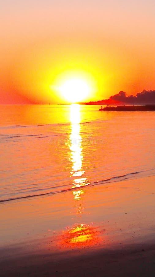 Χαριτωμένη τυχαία παραλία προοπτικής βράχων στοκ φωτογραφίες με δικαίωμα ελεύθερης χρήσης