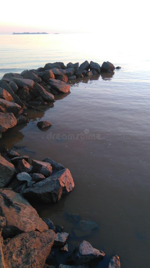 Χαριτωμένη τυχαία παραλία προοπτικής βράχων στοκ φωτογραφίες