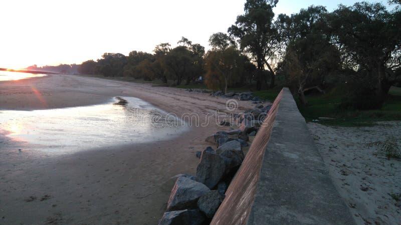 Χαριτωμένη τυχαία παραλία προοπτικής βράχων στοκ φωτογραφία