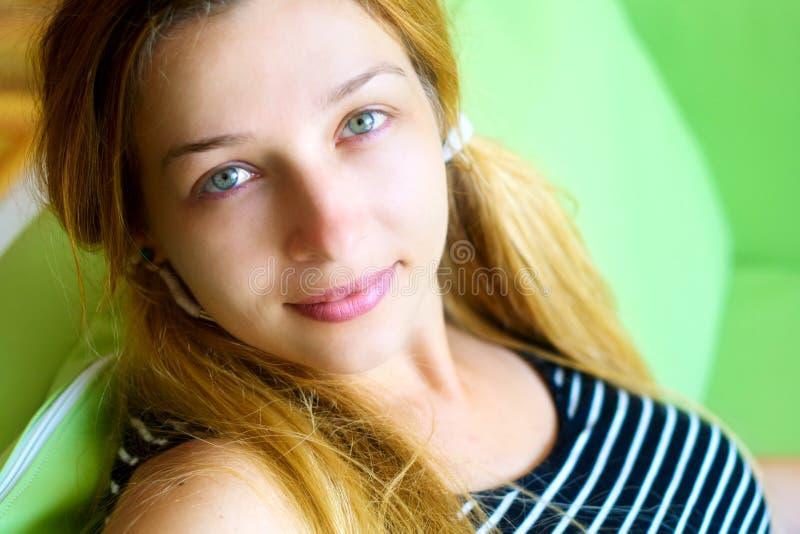 χαριτωμένη φιλική εσωτερ&iot στοκ εικόνες